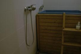 prostor pro ochlazení po sauně, ochlazovací nádrž, sprchy a vědro na pilití