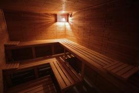prostor suché finské privátní sauny pro páry a rodinu